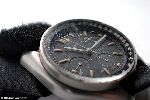 Đồng hồ chứa bụi mặt trăng có giá 1,6 triệu USD - ảnh 3