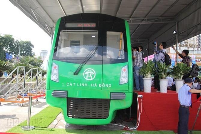 Chen chân xem tàu mẫu đường sắt Cát Linh - Hà Đông