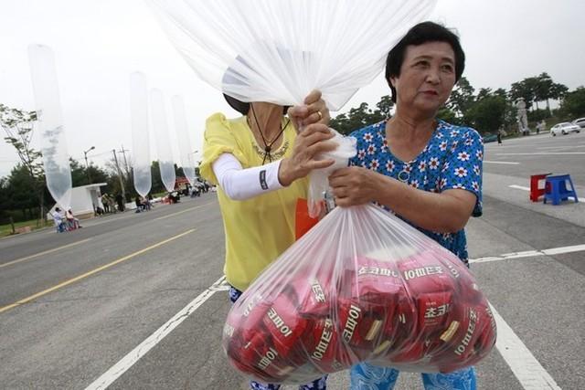 Các nhà hoạt động Hàn Quốc đang chuẩn bị những quả bóng khổng lồ chứa thức ăn nhẹ và bánh Choco Pie để gửi làm quà tặng cho phía Triều Tiên. Ảnh: AP