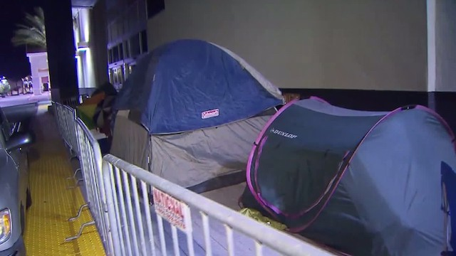 Người Mỹ dựng lều bạt trước cả tuần chờ Black Friday