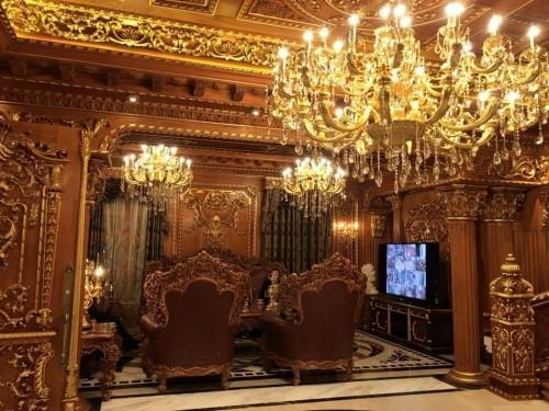 Tường và trần nhà được trang trí những chi tiết ánh vàng.