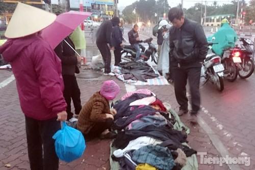 Những chợ cóc sẵn sàng 'ôm đồ chạy' mọi lúc ở Thủ đô - ảnh 1