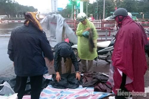 Những chợ cóc sẵn sàng 'ôm đồ chạy' mọi lúc ở Thủ đô - ảnh 2