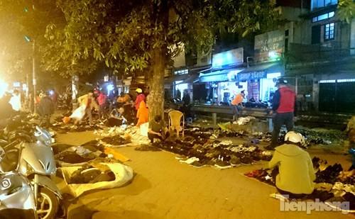 Những chợ cóc sẵn sàng 'ôm đồ chạy' mọi lúc ở Thủ đô - ảnh 15