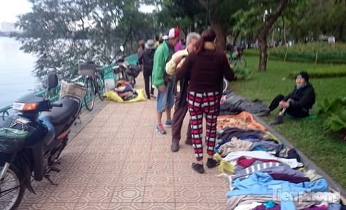Những chợ cóc sẵn sàng 'ôm đồ chạy' mọi lúc ở Thủ đô - ảnh 11