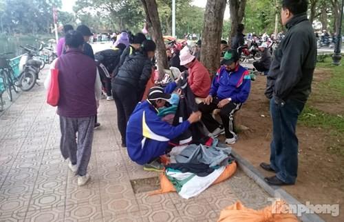 Những chợ cóc sẵn sàng 'ôm đồ chạy' mọi lúc ở Thủ đô - ảnh 9