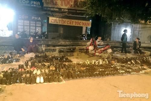 Những chợ cóc sẵn sàng 'ôm đồ chạy' mọi lúc ở Thủ đô - ảnh 14
