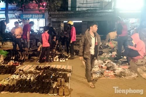 Những chợ cóc sẵn sàng 'ôm đồ chạy' mọi lúc ở Thủ đô - ảnh 12