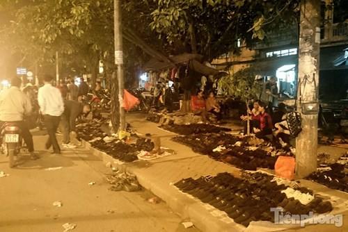 Những chợ cóc sẵn sàng 'ôm đồ chạy' mọi lúc ở Thủ đô - ảnh 13