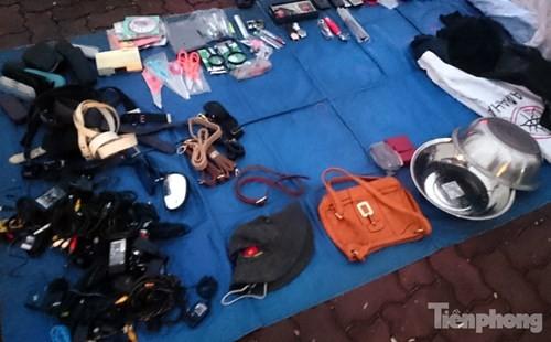 Những chợ cóc sẵn sàng 'ôm đồ chạy' mọi lúc ở Thủ đô - ảnh 5