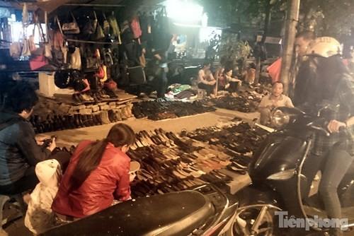 Những chợ cóc sẵn sàng 'ôm đồ chạy' mọi lúc ở Thủ đô - ảnh 16