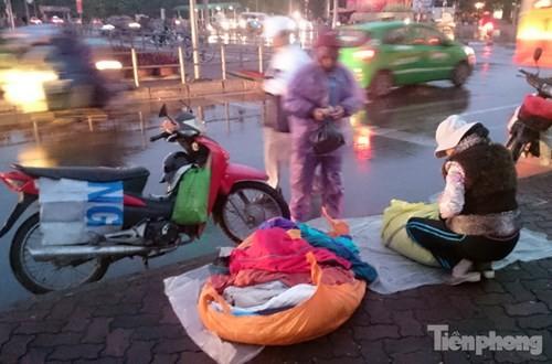 Những chợ cóc sẵn sàng 'ôm đồ chạy' mọi lúc ở Thủ đô - ảnh 6