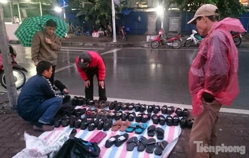 Những chợ cóc sẵn sàng 'ôm đồ chạy' mọi lúc ở Thủ đô - ảnh 4