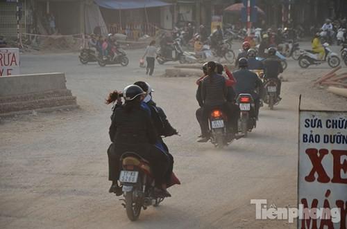 'Bão bụi' mù mịt ở con đường làm 10 năm chưa xong 570m - ảnh 2