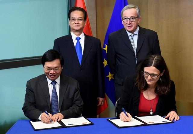 Bộ trưởng Công Thương - Vũ Huy Hoàng và Cao ủy Thương mại EU - Cecilia Malmstrom ký Hiệp định với sự chứng kiến của Thủ tướng Nguyễn Tấn Dũng và Chủ tịch EC Jean-Claude Juncker. Ảnh: Internet.