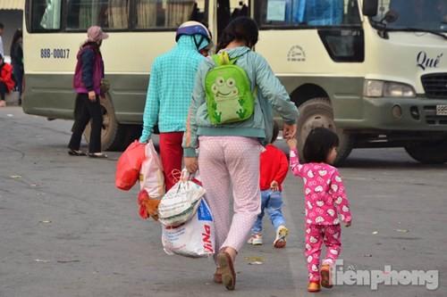Người dân ùn ùn đổ về Thủ đô sau kỳ nghỉ Tết Dương lịch - ảnh 9