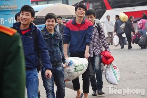 Người dân ùn ùn đổ về Thủ đô sau kỳ nghỉ Tết Dương lịch - ảnh 8