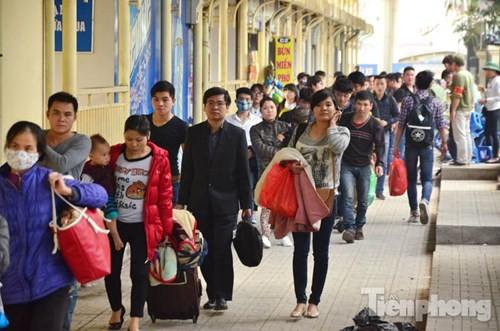 Người dân ùn ùn đổ về Thủ đô sau kỳ nghỉ Tết Dương lịch - ảnh 14