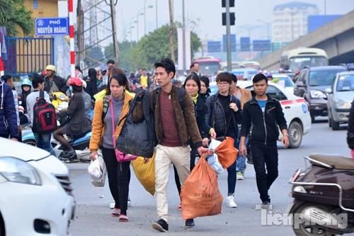 Người dân ùn ùn đổ về Thủ đô sau kỳ nghỉ Tết Dương lịch - ảnh 13
