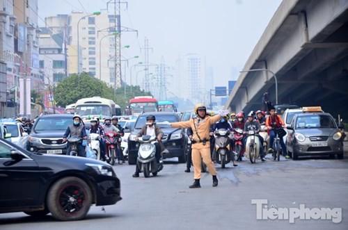 Người dân ùn ùn đổ về Thủ đô sau kỳ nghỉ Tết Dương lịch - ảnh 16