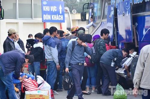 Người dân ùn ùn đổ về Thủ đô sau kỳ nghỉ Tết Dương lịch - ảnh 11
