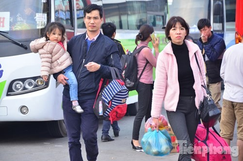 Người dân ùn ùn đổ về Thủ đô sau kỳ nghỉ Tết Dương lịch - ảnh 1