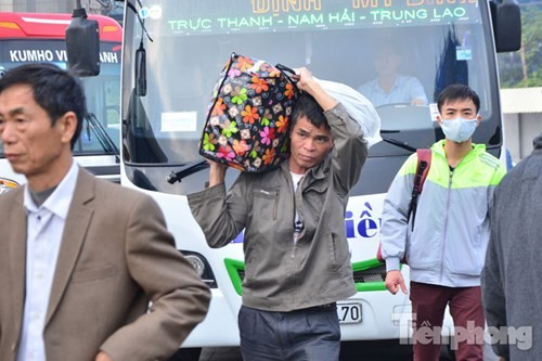 Người dân ùn ùn đổ về Thủ đô sau kỳ nghỉ Tết Dương lịch - ảnh 4