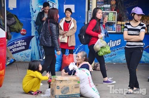 Người dân ùn ùn đổ về Thủ đô sau kỳ nghỉ Tết Dương lịch - ảnh 3