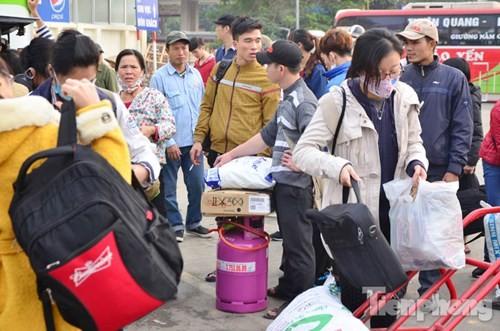 Người dân ùn ùn đổ về Thủ đô sau kỳ nghỉ Tết Dương lịch - ảnh 5