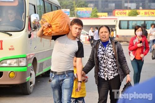 Người dân ùn ùn đổ về Thủ đô sau kỳ nghỉ Tết Dương lịch - ảnh 10