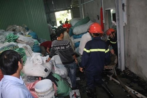 Hàng trăm người hoảng loạn vì xưởng chăn gối phát hỏa - ảnh 1