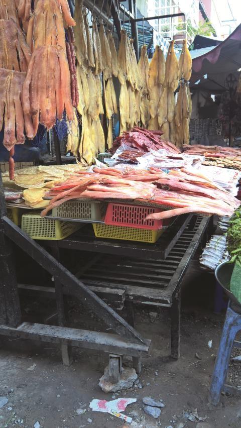 Khô đặc sản Campuchia tại chợ Lê Hồng Phong Q.10 được bày lộ thiên ngoài trời, mặccho ruồi nhặng bu, khói bụi bám