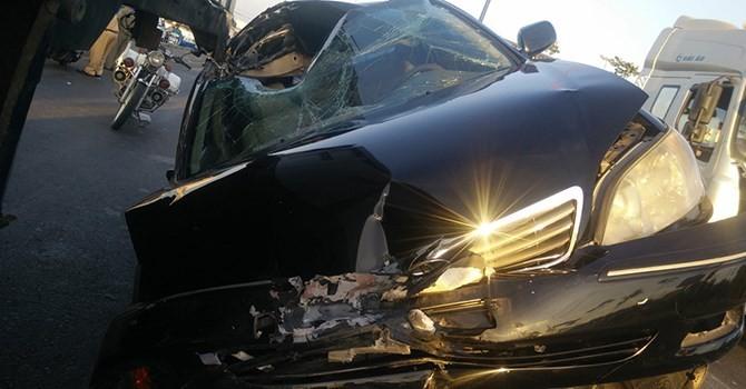 Ô tô biển xanh húc đuôi xe tải, một người bị thương