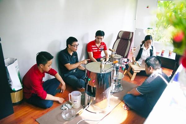 Anh cùng các cộng sự trao đổi về quá trình nghiên cứu máy pha cafe.