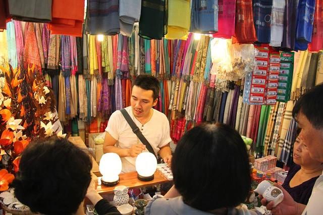 Doanh nhân Thái Lan bán hàng tại hội chợ