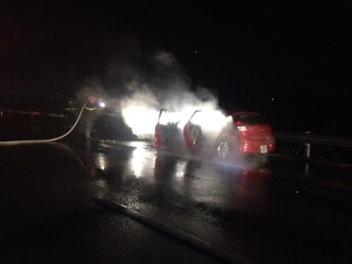 Liên tiếp hai vụ cháy ô tô trên cao tốc Nội Bài – Lào Cai - ảnh 1