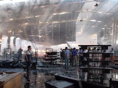 Hàng ngàn mét vuông nhà xưởng bị thiêu rụi. Ảnh: Thái Hà