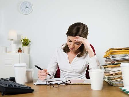 Phía trước bàn làm việc có cột chắn sẽ làm bạn có cảm giác mệt mỏi