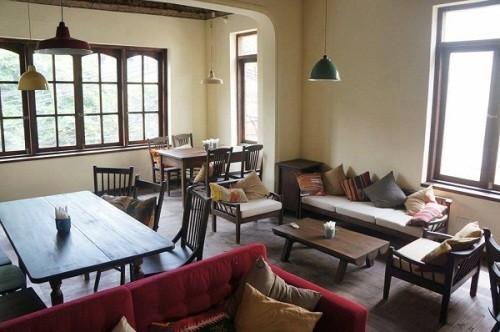Những bức tường gạch hay bộ ghế xofa gợi cảm giác xưa cũ chính là điểm nhấn cho những căn phòng tại đây. Ảnh: songmoi