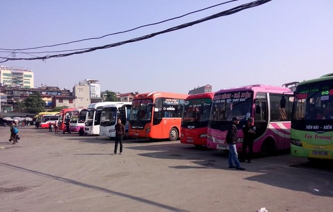 Nhiều xe khách đã vào bến và ngừng hoạt động.