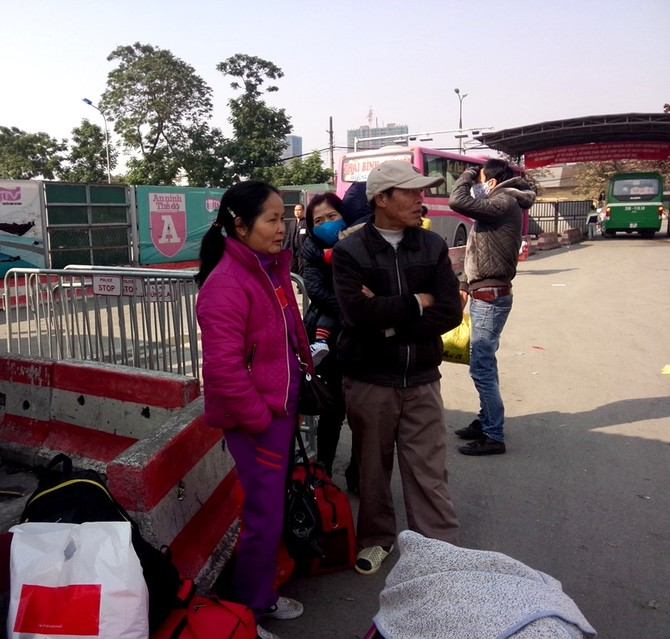 Hành khách sốt sắng chờ xe.