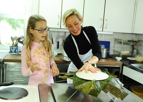 Đại sứ Thụy Điển bóc bánh chưng cùng con gái