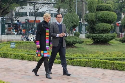 Đại sứ Thụy Điển cùng nhân viên Đại sứ quán đến Văn Miếu xin chữ đón xuân