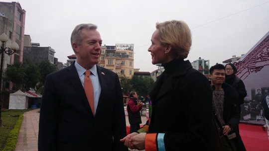 Bà tình cờ gặp Đại sứ Mỹ Ted Osius tại hội chữ Xuân