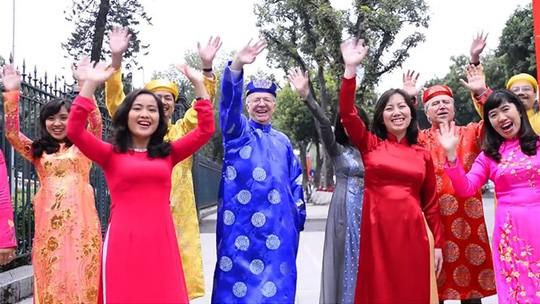 Đại sứ Canada (áo dài xanh) và các nhân viên Đại sứ quán gửi lời chúc mừng năm mới