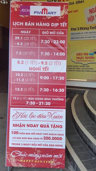 Trước cửa siêu thị FiviMart có để thông báo đóng cửa trong 2 ngày mùng 1 và mùng 2 Tết