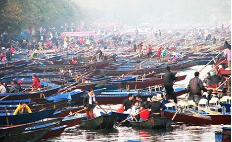 Bến đò suối Yến đông nghịt người, thuyền - ảnh: Internet