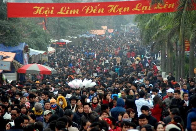 Hàng vạn người trẩy hội Lim - Ảnh: KL