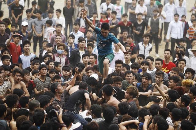 Đè đầu cưỡi cổ để cướp quả phết ở lễ hội Cướp Phết Hiền Quan - Ảnh: Internet