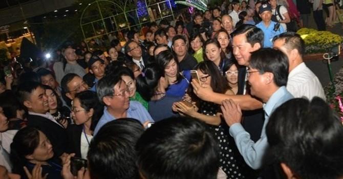 Quan chức Việt xắn quần lội ruộng, chụp ảnh selfie với dân: Không phải hiếm!